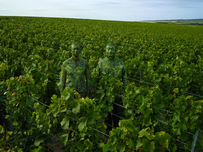 リウ・ボーリン『Hiding in the vineyards with the Ruinart Cellar Master (ルイナール最高醸造責任者とぶどう畑にて), Liu Bolin for Ruinart』(2017) ©︎ Liu Bolin