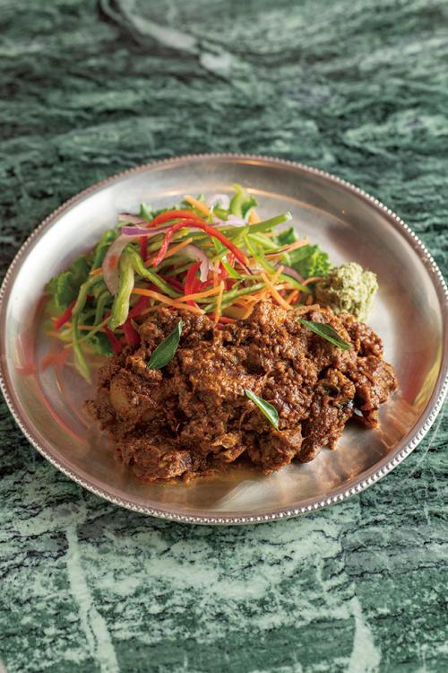 チェティナード伝統の「骨付き子羊のスパイス煮込み」¥2,400。3時間以上煮込むことでとろけるように柔らか。濃厚なビーフシチューのよう。