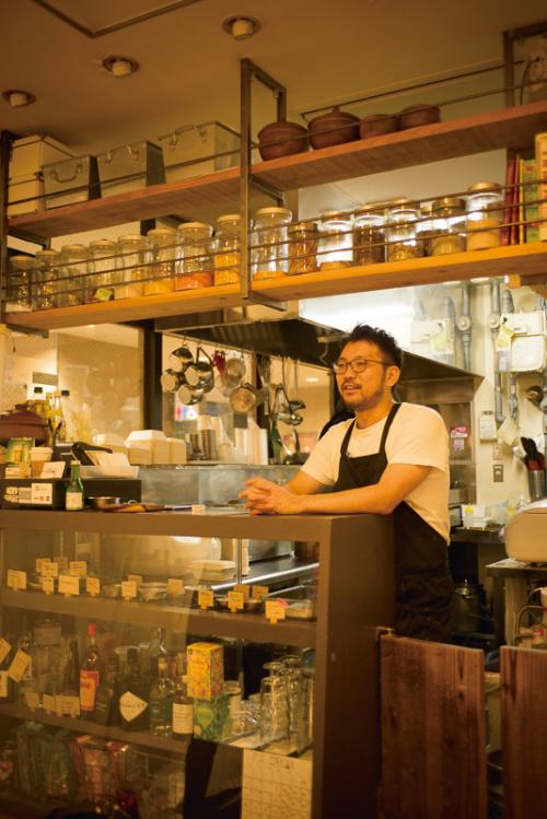 オーナーシェフ大岩俊介さん・スピリッツやリキュールが並ぶキッチンカウンター。