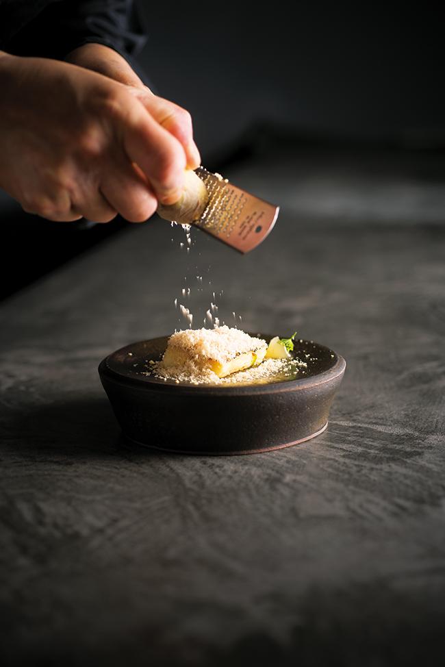 定番「フォアグラのフレンチトースト」。中はフワッ、外はカリカリに焼いたフレンチトーストに、−196℃で凍らせたフォアグラとトリュフのテリーヌを削りかける(コースメニューより)/セクレト