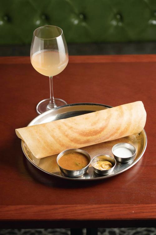 クリスピーな生地でポテトマサラを包んだ「マサラドーサ」(¥1,200)は、野菜のサンバルや2種類のチャトニをつけて。オレンジワインとも合う。