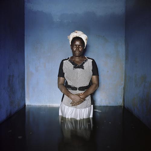 ギデオン・メンデル『ナイジェリア バイエルサ州 イボゲーネにて フローレンス・アブラハム』(2012) © Gideon Mendel / Drowning World
