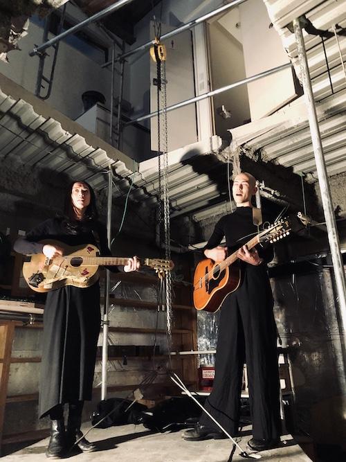 オープニング前夜に行われたイベントでは、jan and naomiによるアンプラグドのライブ演奏も