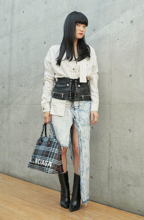 シャツ ¥134,000 コルセットベルト ¥146,000 ブーツ ¥219,000(すべて参考商品)/Ben Taverniti™ Unravel Project(イーストランド 03-6712-6777)Ben Taverniti™ Unravel Projectのスカート、Balenciagaのバッグ、Tiffany & Co.のリング/すべて本人私物