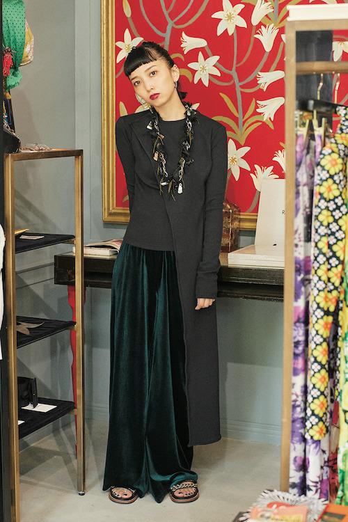 トップス ¥39,000 パンツ ¥36,000/ともにMarta Jakubowski(シスター 03-6406-1285)Erickson Beamonのネックレス Chanelのサンダル/ともに本人私物