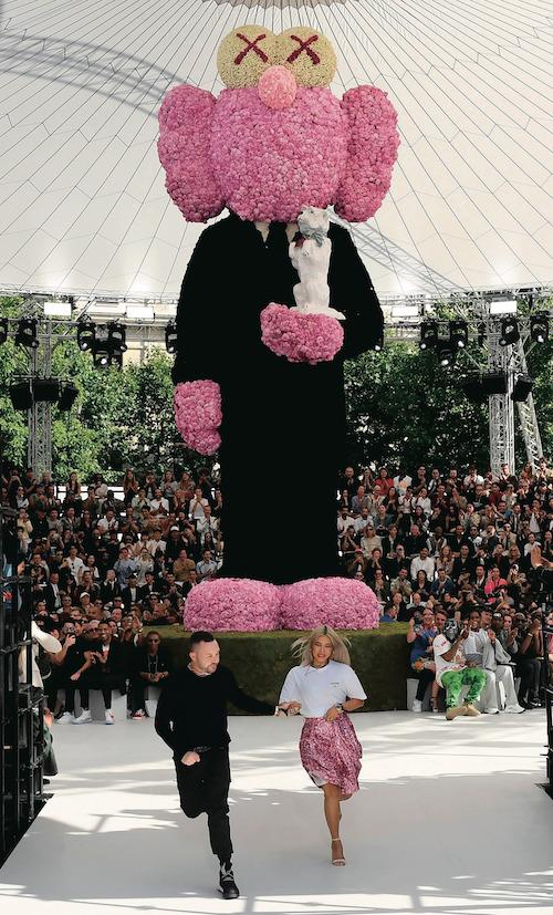 ディオール オム2019年春夏コレクションのフィナーレにて、キム・ジョーンズと。Photo:aflo