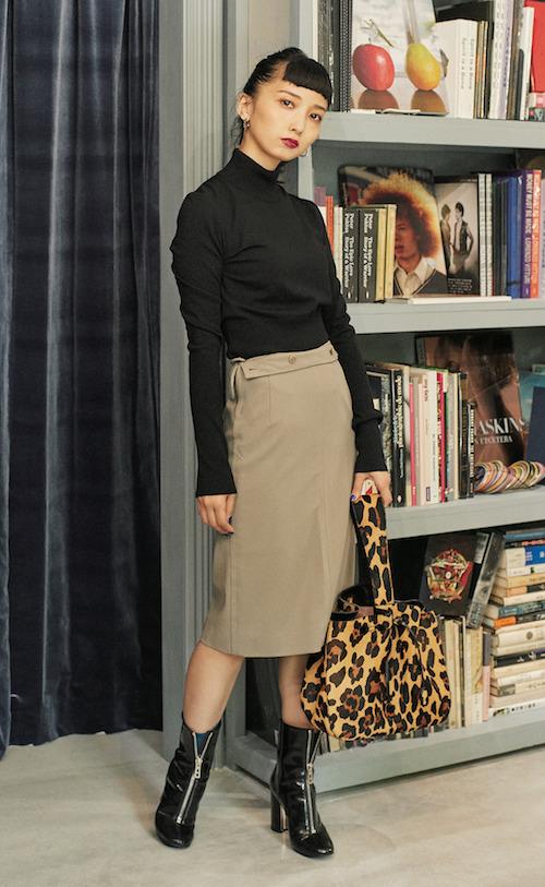 ヴィンテージスカート ¥29,000 (シスター 03-6406-1285)Azzedine Alaïaのニットとバッグ、Hermèsのブーツ/すべて本人私物