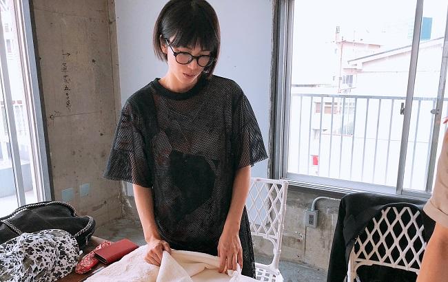 製作過程の一コマ。柴咲自ら企画、デザイン、販売に至るまで一貫して手掛けている。