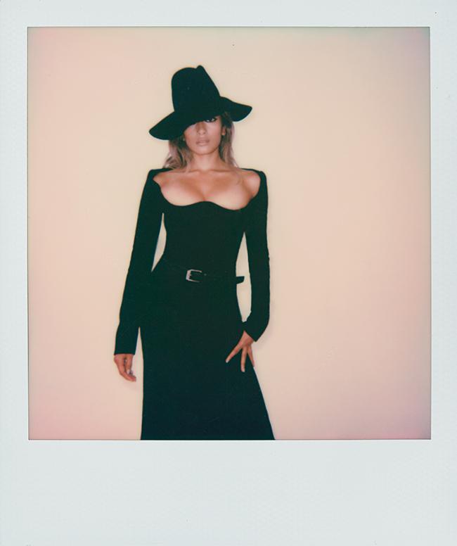 ドレス ¥620,000 ハット ¥135,000 ベルト ¥45,000/すべてSaint Laurent by Anthony Vaccarello(イヴ・サンローラン 0570-016655)