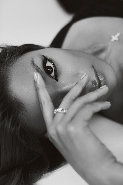 クロスペンダント(18KYG × プラチナ × ダイヤモンド )¥750,000 リング(18KYG × プラチナ×ルビー×ダイヤモンド)¥1,240,000 (ともに予定価格)/Tiffany & Co.(ティファニー・アンド・カンパニー・ジャパン・インク 0120-488-712) ブラトップ/スタイリスト私物