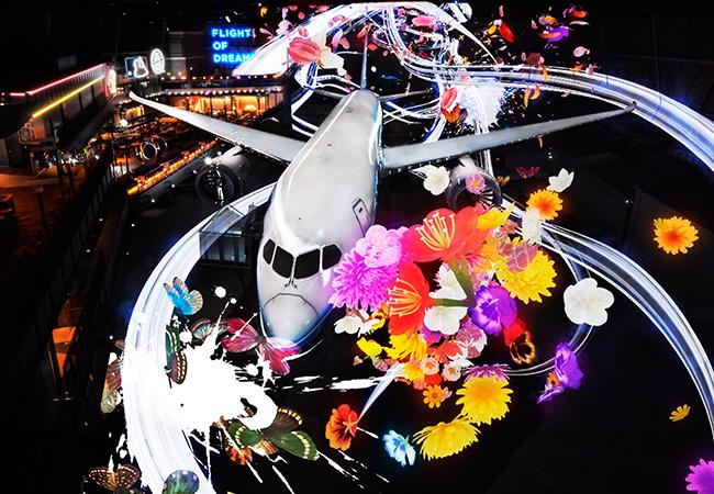 787実機と共に繰り広げられる映像と音のショー「フライ ウィズ 787 ドリームライナー」