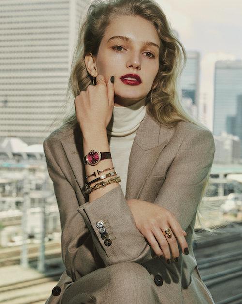 時計(28mm、RG×Dia、アリゲーターストラップ)¥1,510,000 ピアス ¥120,000 ブレスレット(手首側から)¥210,000 ¥700,000 ¥850,000 リング(左手)¥210,000(右手)¥250,000(すべて予定価格)/Tiffany & Co.(ティファニー・アンド・カンパニー・ジャパン・インク  0120-488-712)ジャケット¥388,000 プルオーバー¥22,000 パンツ ¥136,000/すべてMax Mara(マックスマーラ ジャパン 03-5467-3700)