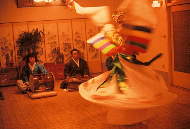 『LOUIS VUITTON FASHION EYE SILK ROAD by 篠山紀信』より、韓国の伝統民俗芸能の歌語り「パンソリ」。