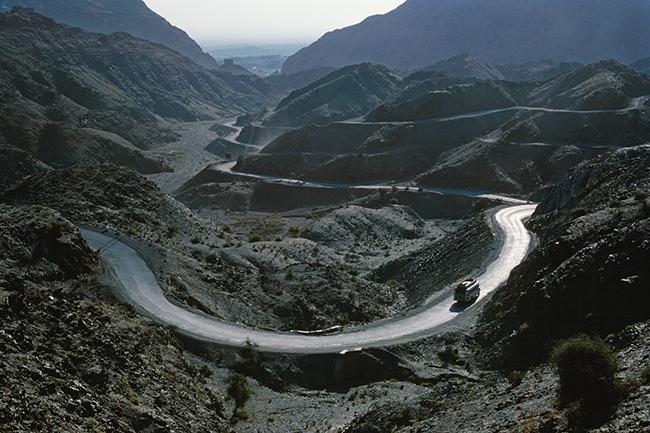 『LOUIS VUITTON FASHION EYE SILK ROAD by 篠山紀信』より、アフガニスタンとパキスタンをつなぐカイバル峠の風景。