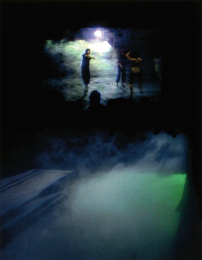『オパール・ループ/雲』フォグスクリーン・インスタレーション, #74490, 2002(参考図版)「E.A.T.─芸術と技術の実験」(NTTインターコミュニケーション・センター[ICC])展示風景より コラボレーション:トリシャ・ブラウン(コレオグラフィ) 撮影:西川浩史