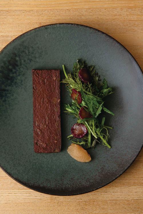 7〜8皿の料理を堪能できる「お任せコース」はワインのペアリング(¥25,000)。ノンアルコールドリンクのコース(¥22,000)も。