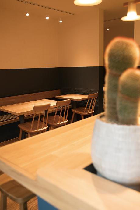 カウンターとテーブル席あり。