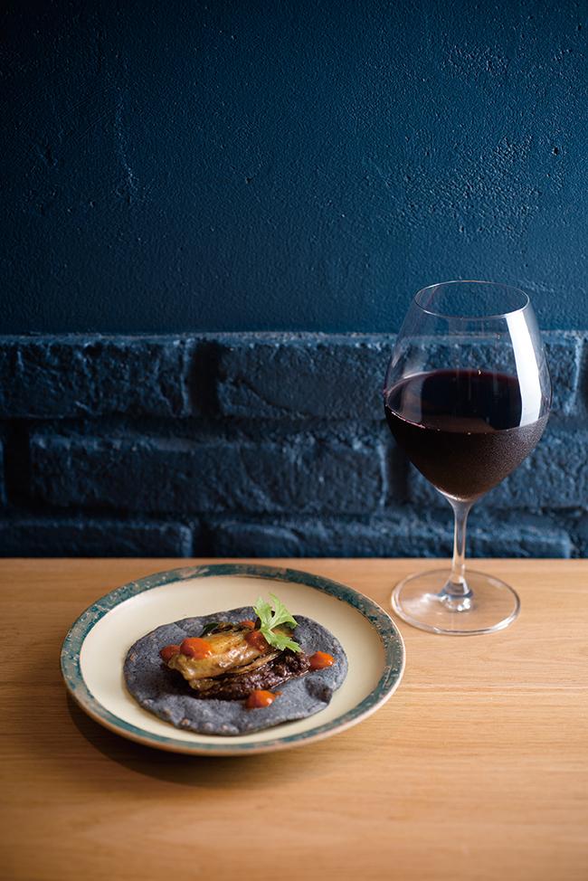 夜はマルコさんのクリエイティビティが広がるコース仕立て¥7,000(Los Tacos Azules)。黒豆ペーストと牡蠣など日本各地から取り寄せた具材を乗せて。日本ワインとのペアリングも楽しい。