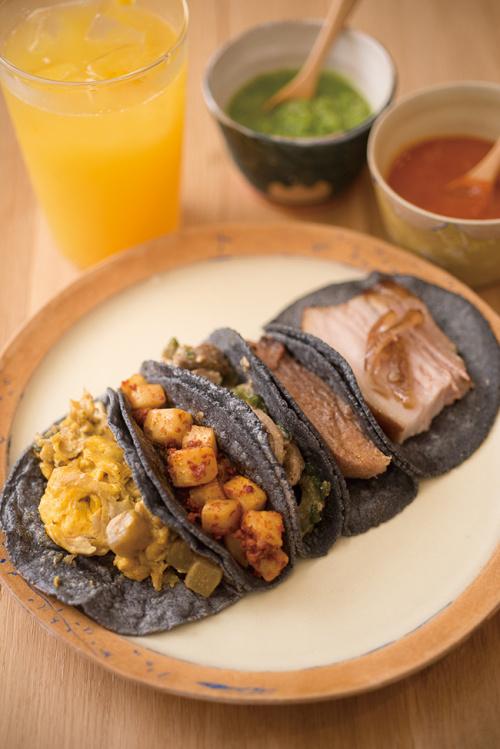 週末朝のみオンメニューの朝タコスはカルニータス(豚のコンフィ)やバルバッコア・デ・レングア(牛たんの蒸し焼き)などメキシコの定番が揃う。1個¥350 〜700。フレッシュジュースと共に。