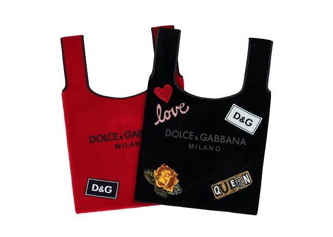 「マーケット バッグ」各¥55,000(レッド、ブラック、ブルー、ピンクの4色展開)、パッチ 各¥8,100~。©︎DOLCE&GABBANA