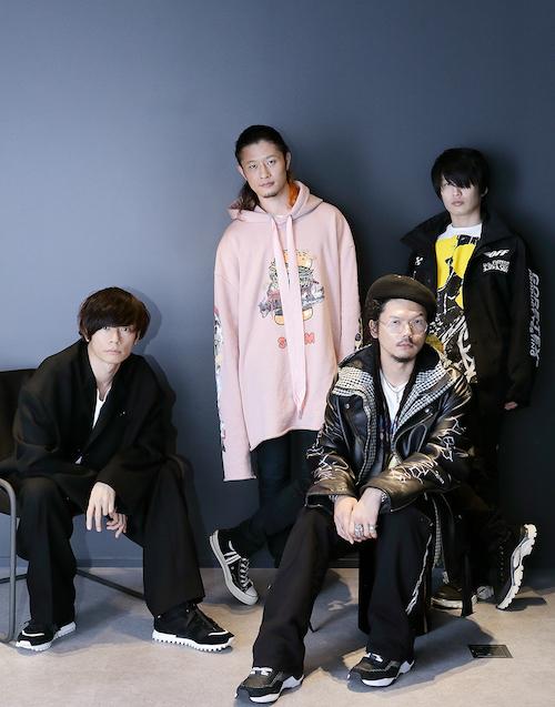左から時計回りに、川上洋平(Vo&G)、磯部寛之 (B&Cho)、白井眞輝(G)、庄村聡泰(D)