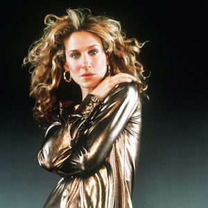 """Die Schauspielerin Sarah Jessica Parker (undatierte jüngere Aufnahme) ist in der Nacht zum 21.1.2002 in Beverly Hills (US-Bundesstaat Kalifornien) mit einem Golden Globe ausgezeichnet worden. Der Star erhielt den Preis als beste TV-Darstellerin für ihre Rolle als Kolumnistin Carrie Bradshaw in """"Sex And The City"""". Die Fernsehserie, die in Deutschland auf ProSieben läuft, wurde außerdem als beste in der Kategorie """"Comedy"""" ausgezeichnet. Bei den 59. Golden Globes wurden die Preise für insgesamt 13 Kino- und 11 Fernsehkategorien vom Verband der Auslandskorrespondenten in Hollywood (HFPA) vergeben. Die Verleihung wurde wegen der Furcht vor terroristischen Anschlägen von starken Sicherheitsvorkehrungen begleitet."""