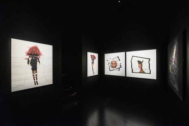 シャネル・ネクサス・ホールでの展示風景より。左側の作品モデルはリアーナ、右はグレイス・ジョーンズ。 © CHANEL5