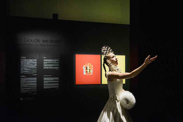 シャネル・ネクサス・ホールにて、「ファイヤー インスタレーション」のパフォーマンスを行うダンサー。展示空間内にて声楽と踊りのループが繰り広げられる。 © CHANEL