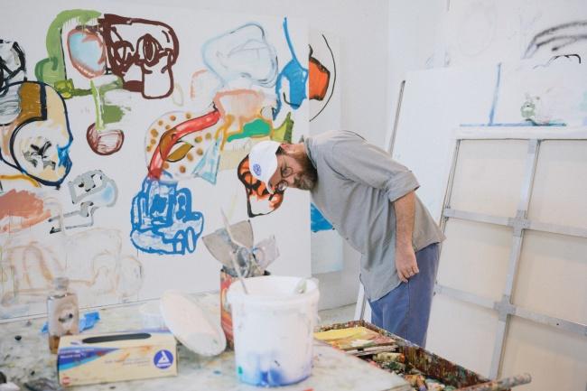 スタジオで制作中のエディ・マルティネズ Photo credit Charlie Rubin