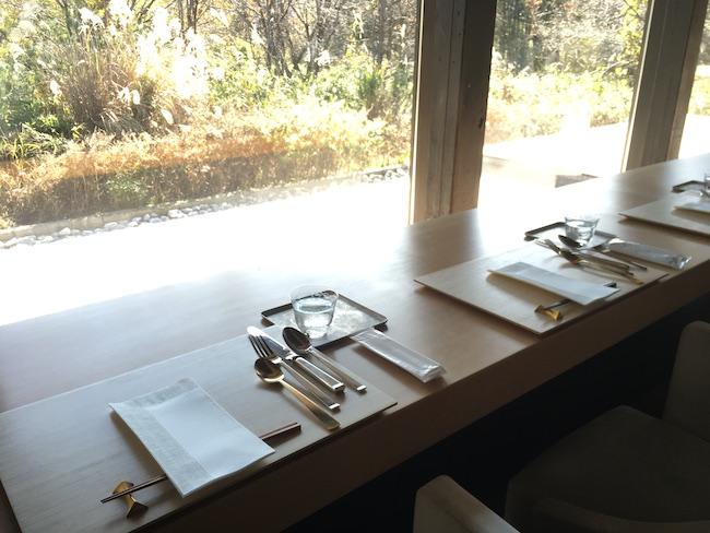 貴重な一枚板のカウンターテーブル。