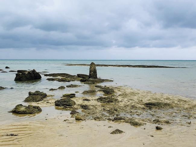 干潮時の姿を現す「アマミキヨ」が久高島から上陸した地点を示す石碑「ヤハラヅカサ」。