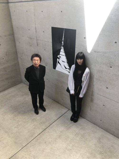 「光の美術館」展示会場にて、篠山紀信(左)とモデルのAI(右)