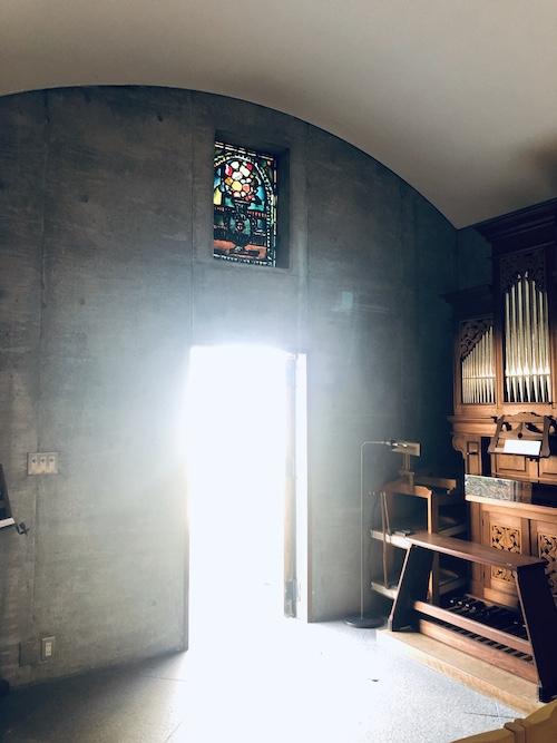 ミニマルで荘厳な空間に映えるジョルジュ・ルオー作の鮮やかな色彩色のステンドグラス「ブーケ」