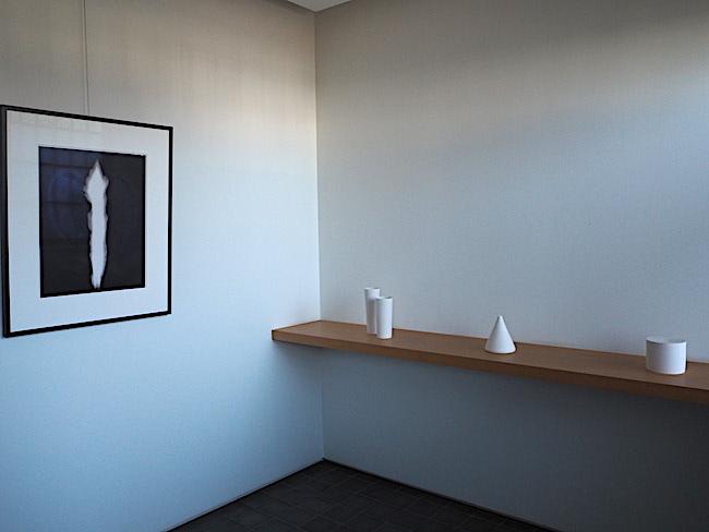 入口の横には、黒田泰蔵の白い器と、杉本博司の写真をさりげなくディスプレー。