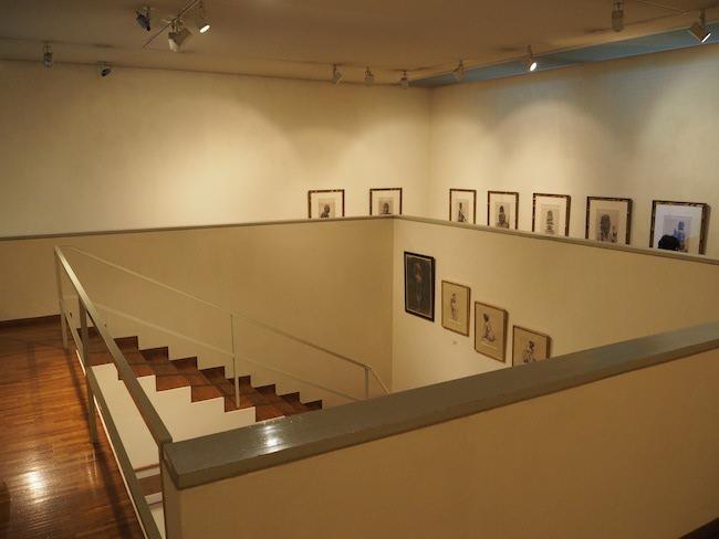 螺旋状に設計された美術館の内部