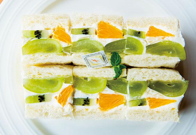 「フルーツサンド」¥900〜 季節のフルーツを使用。写真はシャインマスカット。テイクアウト可(予約がベター)