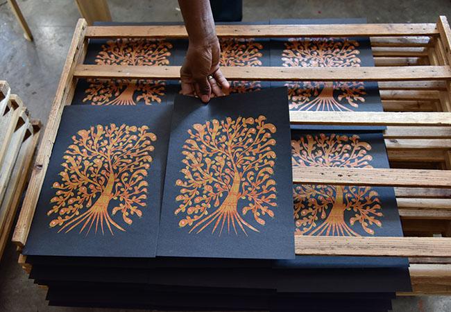 タラブックスの名を世界に知らしめた珠玉のハンドメイド本『夜の木』の1ページ「蛇の頭の木」の印刷風景。1色ごとに版を変え、職人の手仕事で1枚ずつ刷られていく。(Photo:松岡宏大)