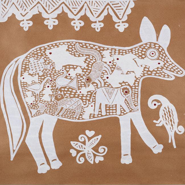 ミーナ族の女性が土壁に指で描くマンダナ画の民話絵本『Gobble You Up!』(初版 2013年)の原画。
