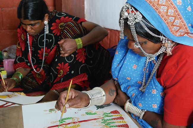 絵を描くビル族の女性たち。インド各地の少数民族との本づくりは、彼らの伝統文化をアートとして評価する取り組みでもある。(Photo:Tara Books)