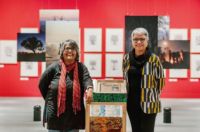 タラブックスの代表を務める二人の女性、ギータ・ウォルフ(右)とV.ギータ(Photo:吉次史成)