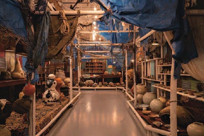 展示風景より、奈良美智および現代陶芸作家たちの作品コーナー。Photo: Ikki Ogata