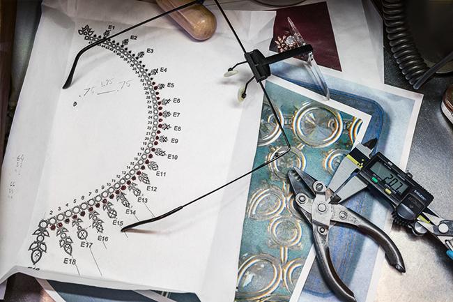 レディー・ガガの為に制作された「ティファニー オーロラ ネックレス」の制作風景