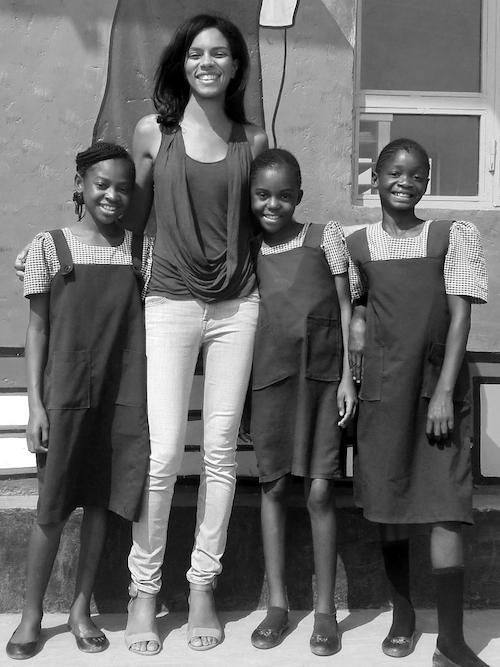 「Malaika」の代表でモデルのノエラ・コーサリス・ムスンカとコンゴの少女たち。コレクションのビジュアルのモデルも、彼女自身が務めている。