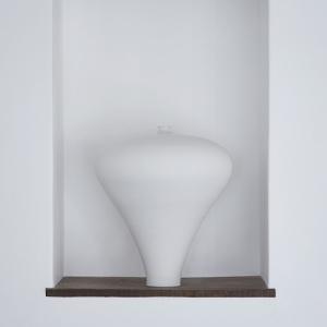 『白磁 梅瓶』2018年 © Taizo Kuroda Photo: Tadayuki Minamoto