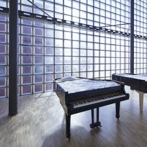 ここでなく、いまでなく | 2019 津波にあった 2 台のピアノによるインスタレーション | サイズ可変 not here, not now | 2019 | Installation of 2 pianos damaged from the tsunami | Dimensions variable ©Nacása & Partners Inc. / Courtesy of Fondation d'entreprise Hermès