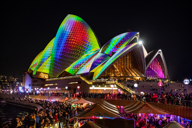 ジョナサン・ザワダの作品より、「METAMATHEMAGICAL 」Lighting of the Sails of the Sydney Opera House for Vivid Sydney 2018 Photo by Daniel Boud