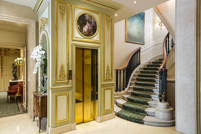 ホテルのメイン階段とエレベーターホール