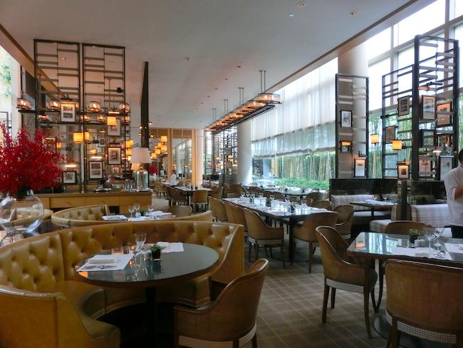 レストラン「コロニー」のインテリアは英国コロニアルスタイルをモダンにデザイン。