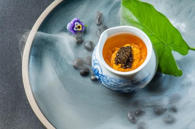グオ シェフによる「蒸し蟹カスタード、ライスワイン インフュージョン、バラの⾹りの蟹のリエット、キャビア」