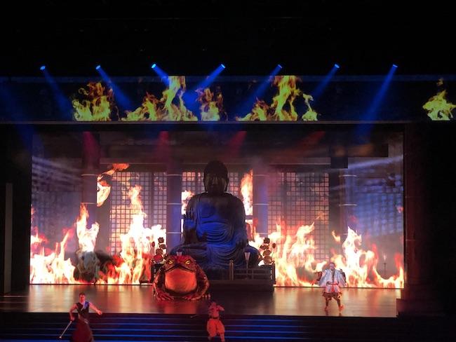 大仏殿の修行僧たちがタップをはじめ、ヘヴィメタのロックスターばりの連獅子が舞う。